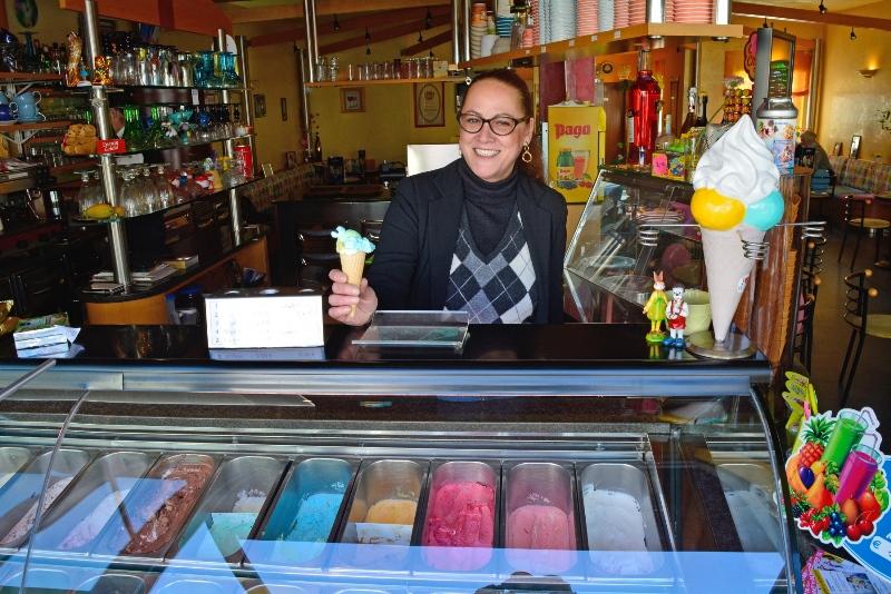 Bildunterschrift: Was darf's sein? Maria-Grazia De-Poli Zorer vom Eiscafé Galileo ist eine der Diskussionsteilnehmerinnen einer Veranstaltung im Rahmen der Europawoche.