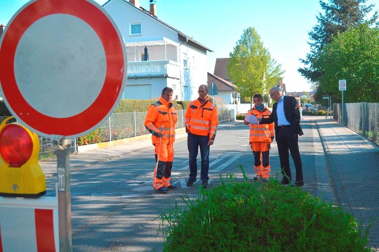 Das Foto zeigt drei Mitarbeiter des Bauhofs und Bürgermeister Gerald Frank in der Iglauer Straße.