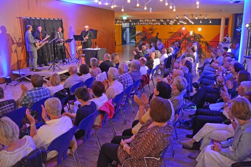 """Jörg Becker und """"The Four Dukes"""" bei der Saxophonlesung in der Kulturhalle Münster."""