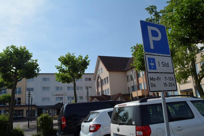Auf einem Teil der Parkflächen am Rathausplatz darf während der Öffnungszeiten des Rathauses nur noch eine Stunde lang geparkt werden.