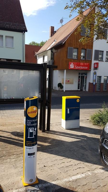 Auch am Gustav-Schoeltzke-Haus in Altheim können Fahrer von Elektrofahrzeugen jetzt an einer ENTEGA-Schnellladesäule günstig Strom tanken.