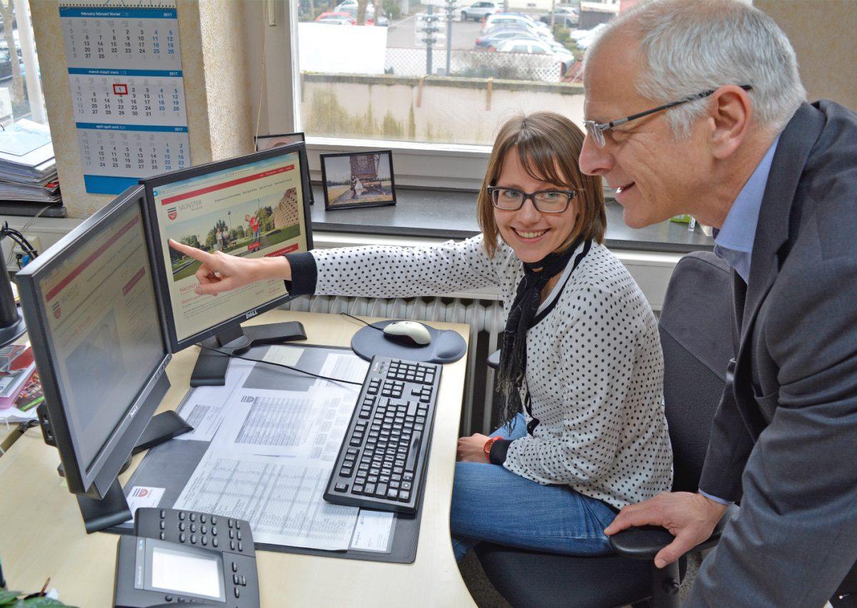 Meike Mittmeyer-Riehl zeigt Bürgermeister Gerald Frank die neue Gemeinde-Homepage.