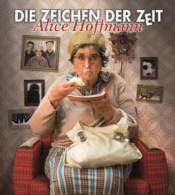 """Das Foto zeigt Alice Hoffmann alias """"Hilde"""" auf einer Couch, während sie ein Stück Torte isst."""
