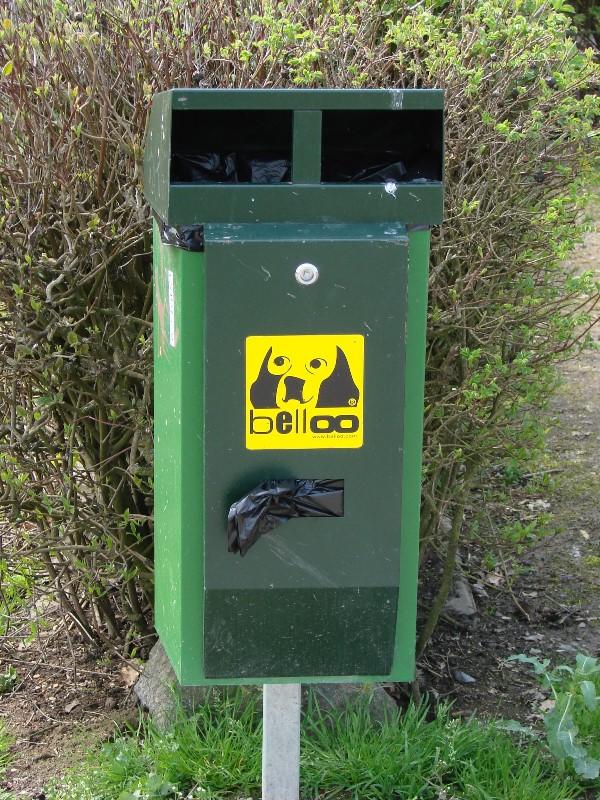 Das Foto zeigt einen Behälter für Hundekotbeutel in Münster.