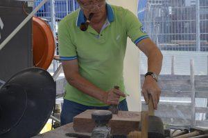 Bei der Firma Marmor Schneider wird gezeigt, wie man Stein bearbeitet.