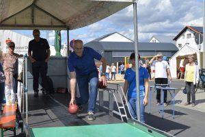 Auch Bürgermeister Gerald Frank versucht sich im Sportkegeln.