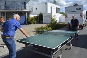 Bürgermeister Gerald Frank und Ernst Soer aus dem Gemeindevorstand spielen bei der DJK Tischtennis.