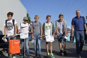 Bürgermeister Gerald Frank zieht mit den Altheimer Skater-Jungs über die Gewerbeschau, um Spenden zu sammeln.