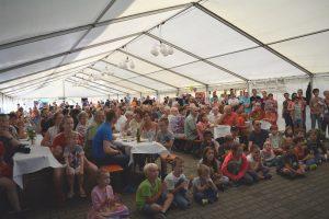 Bei der Tischtennisvorführung der DJK ist das Zelt voll.