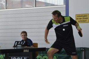 Tischtennis-Star Jörg Roßkopf zeigt bei einer Vorführung sein Können.