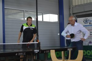 Auch Bürgermeister Gerald Frank (rechts) muss ran und spielt mit Jörg Roßkopf im Doppel.