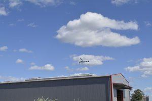 Der Hubschrauber kreist über der Gewerbeschau.