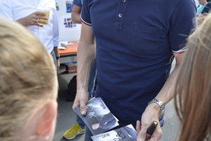 Tischtennis-Star Jörg Roßkopf gibt am Beune-Beach Autogramme.
