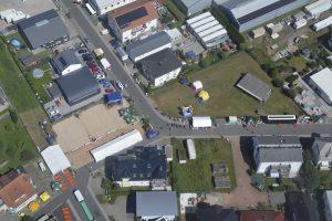 Blick aufs Beachvolleyballfeld aus dem Hubschrauber.