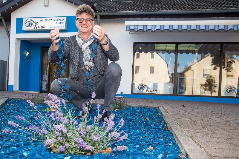 Frank Groß, Betriebsleiter von Optik Vision, mit blauem Rindenmulch