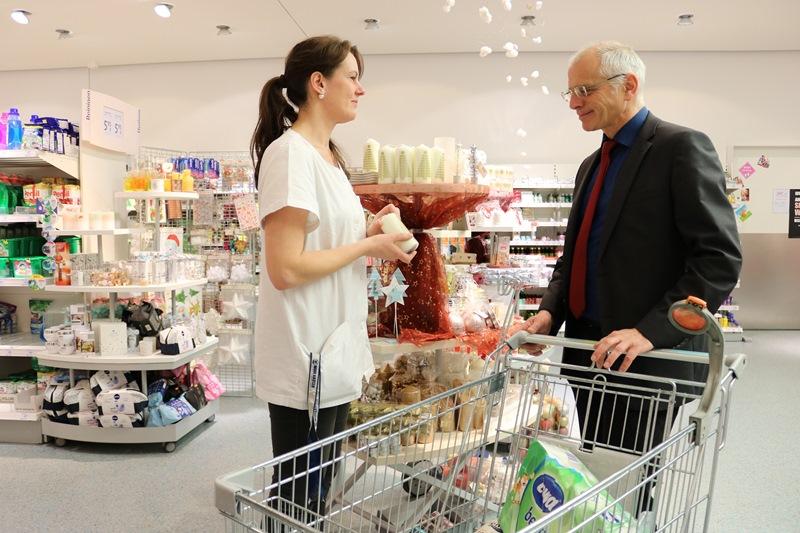 """Bürgermeister Gerald Frank unterstützt beim """"Giving Friday"""" mit seinem Einkauf im dm-Markt Münster eine Spendenaktion für die Büchereien. Marktleiterin Antje Heinecke hilft bei der Auswahl. Foto: GM/mmr"""