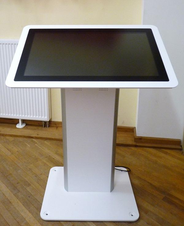 Über den Multitouch-Tisch – eine Art großer Tablet-PC – können die Workshop-Teilnehmer Animationen abrufen und sich die Münsterer Altstadt im 3D-Modell anschauen. Foto: TU Darmstadt