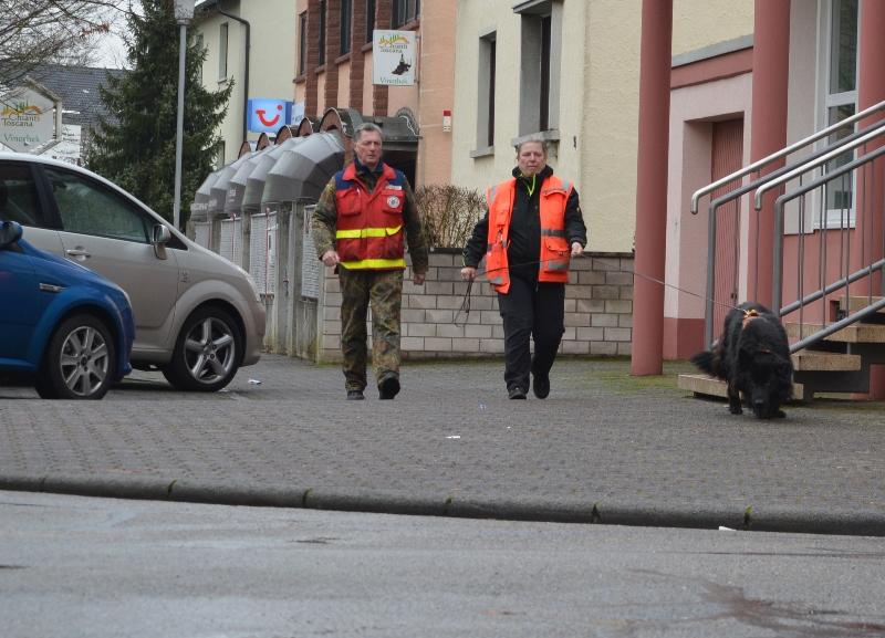 Ausbilder Dieter Zirkelbach und Hundeführerin Diana Prinz üben mit Anka in Münster die Suche nach einer vermissten Person. Foto: GM/jj