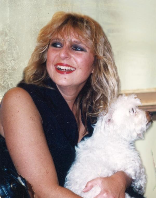 Simone Bohländer, hier mit ihrem Hund Friedel, war eines der bekanntesten Gesichter des Rathauses in Münster. Am 22. März ist sie im Alter von nur 55 Jahren verstorben. Foto: privat