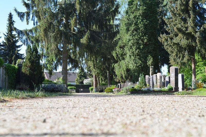 Das Pflastern der Wege auf dem Altheimer Friedhof würde die Bestattungsgebühren deutlich in die Höhe treiben. Foto: GM/Meike Mittmeyer-Riehl