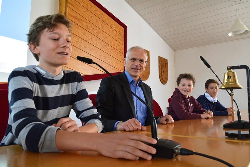 Niklas Schledt, Linus Schledt und Philipp Mauczok (v.l.) erkundeten bei einem Rathaus-Rundgang mit Bürgermeister Gerald Frank auch die Möglichkeiten ehrenamtlichen Engagements bei der Gemeinde Münster, hier im Sitzungssaal der Gemeindevertretung. Foto: GM/Meike Mittmeyer-Riehl