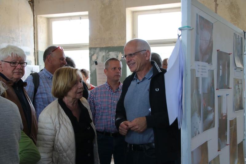 Bürgermeister Gerald Frank im Gespräch mit interessierten Bürgern, die sich ein Bild vom Baufortschritt im Altheimer ARThaus machen. Foto: GM/Meike Mittmeyer-Riehl