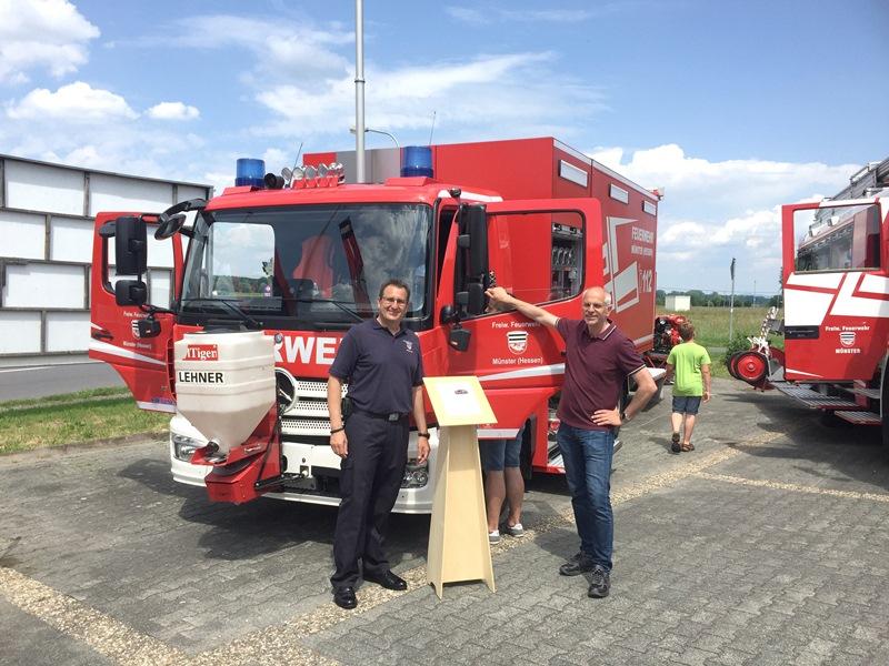 Gemeindebrandinspektor Florian Kiesling (links) zeigt Bürgermeister Gerald Frank beim Tag der offenen Tür der Freiwilligen Feuerwehr Münster das neue Logistikfahrzeug. Foto: Feuerwehr