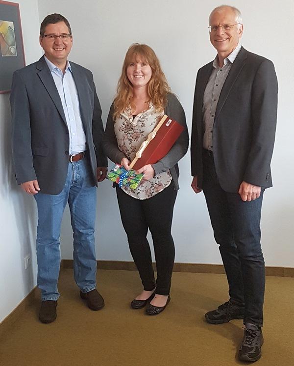 Clemens Laub, Leiter der Haupt- und Personalverwaltung (links) und Bürgermeister Gerald Frank gratulieren Shanna Linder zur erfolgreich abgeschlossenen Ausbildung. Foto: GM