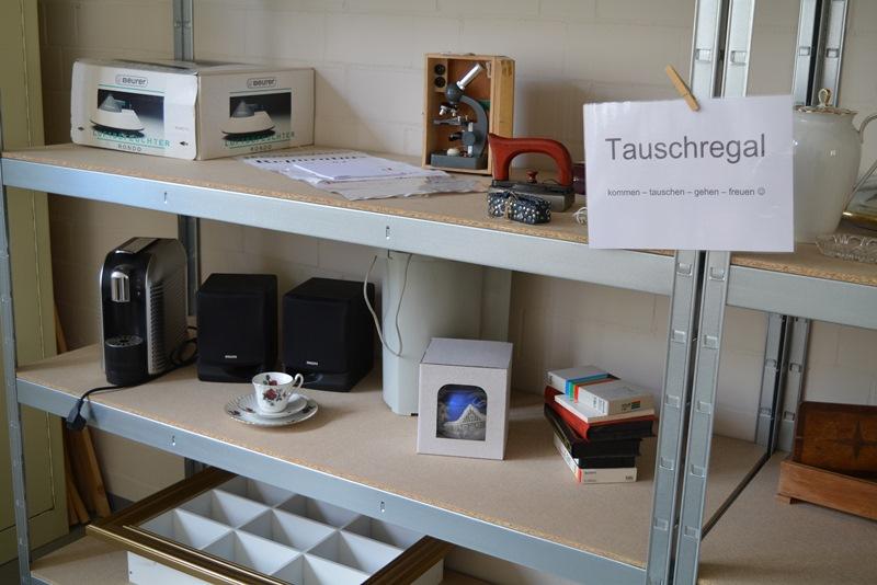 Beim Tauschregal können nicht mehr benötigte, aber noch funktionstüchtige Dinge abgegeben werden, im Gegenzug darf man sich etwas mitnehmen. Foto: GM/Jens Kasper