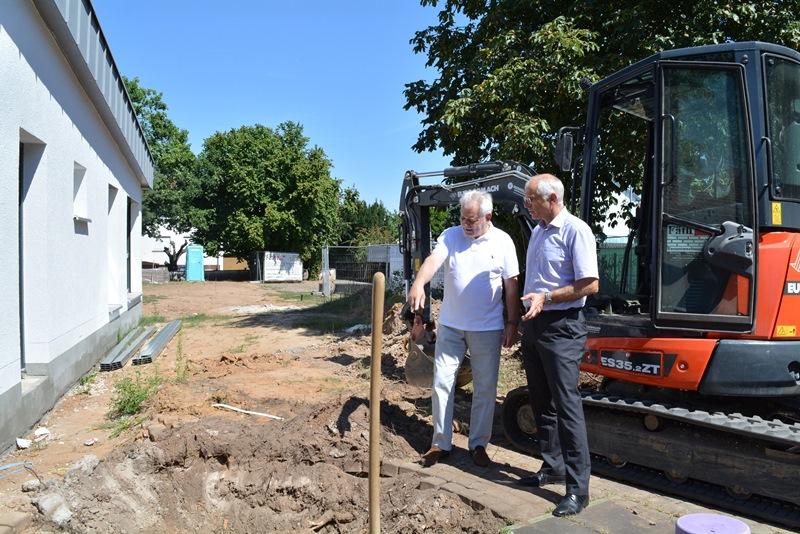 Bürgermeister Gerald Frank (rechts) macht sich gemeinsam mit Architekt Roland Beetz ein Bild vom Fortschritt der Arbeiten, die voll im Zeitplan liegen. Foto: GM/Meike Mittmeyer-Riehl