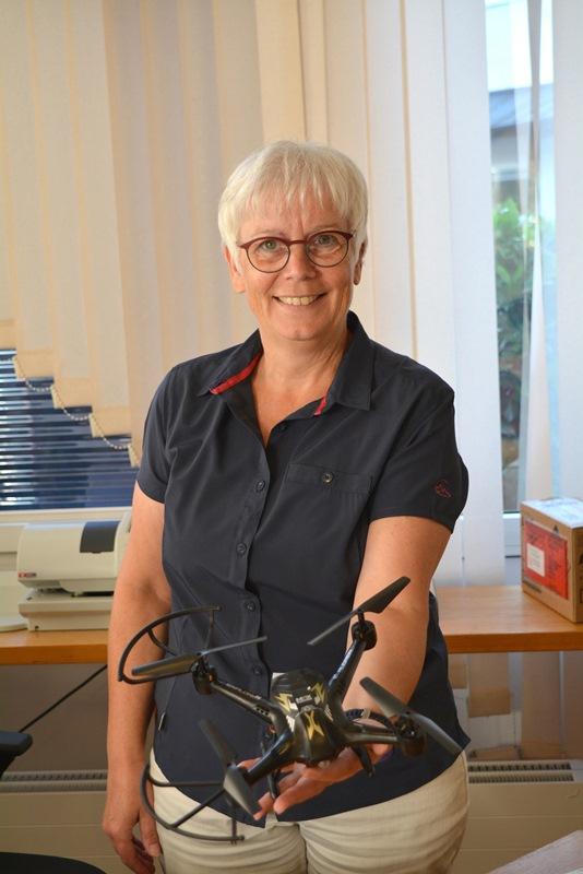 Annelore Oestreicher vom Fundbüro mit der Drohne. Foto: GM/Meike Mittmeyer-Riehl