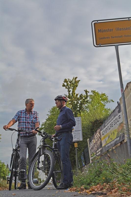Bürgermeister Gerald Frank (rechts) und Matthias Jelinek vom Ordnungsamt sind die Radwege entlang der Darmstädter Straße zwischen Münster und Dieburg abgefahren, nachdem an deren Zustand Kritik geübt worden war. Foto: GM/Meike Mittmeyer-Riehl