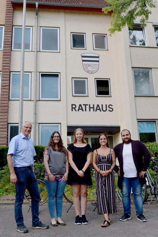 Bürgermeister Gerald Frank konnte am 1. August die neuen Auszubildenden Samira Rodenhäuser, Laura Hentschke, Adriana Thomas und Musa Kücük (von links) im Rathaus Münster begrüßen. Foto: GM/Meike Mittmeyer-Riehl