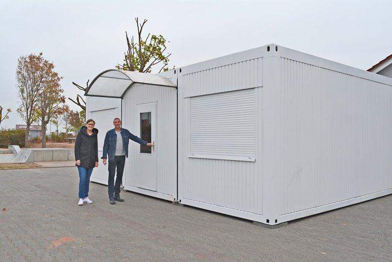 Jugendpflegerin Tamara Wolf und Peter Harenberg, Leiter der Jugendarbeit, nahmen die neuen Container in Augenschein. GM/Musa Kücük