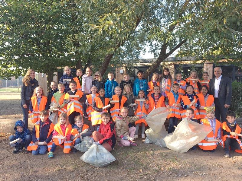 Eine Woche lang haben 93 Kinder der Altheimer Regenbogenschule Müll rund um ihre Schule eingesammelt. Die Aktion war Teil der kreisweiten Müllsammelaktion. Foto: GM