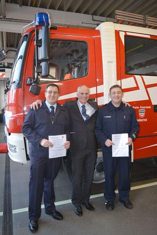 Bürgermeister Gerald Frank hat vergangene Woche Florian Kiesling (links) und Timo Kreher (rechts) ihre Ernennungsurkunden überreicht. Foto: GM/Lena Brunn