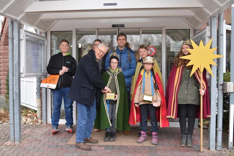 Die Sternsinger haben das Münsterer Rathaus gesegnet. Foto: GM/Meike Mittmeyer-Riehl