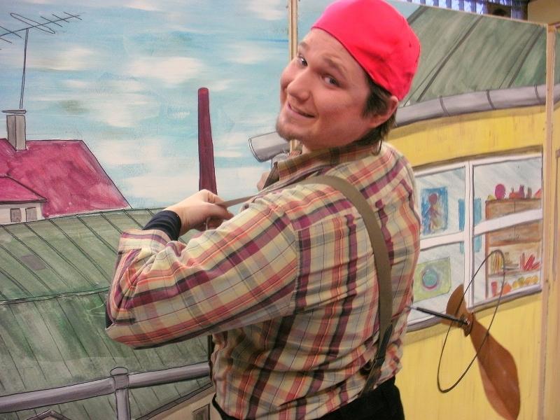"""Das Wittener Kinder- und Jugendtheater bringt den Kinderbuch-Klassiker """"Karlsson vom Dach"""" von Astrid Lindgren auf die Bühne der Kulturhalle Münster. Foto: Wittener Kinder- und Jugendtheater."""