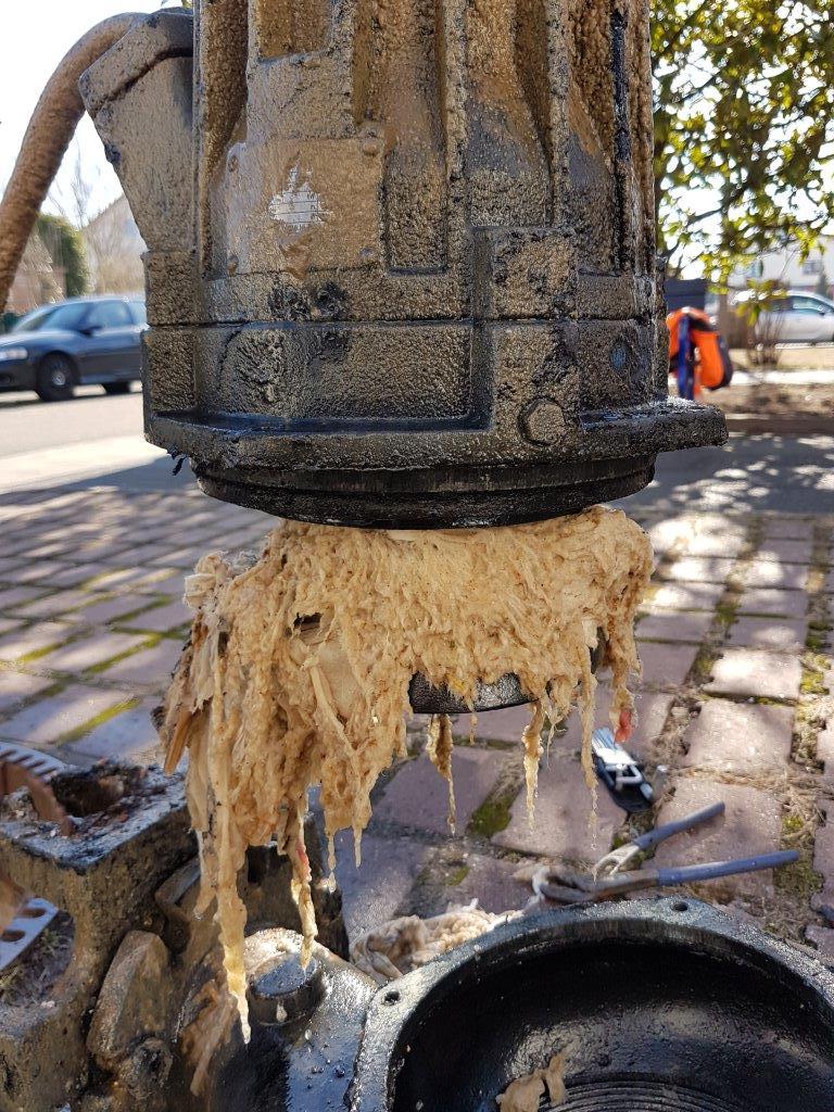 Sieht nicht nur unappetitlich aus, sondern ist auch eine Gefahr für die sensible Technik: Feuchttücher, die massenweise über die Toilette entsorgt werden. Foto: GM/Kilian Huther