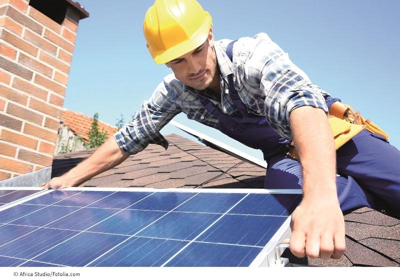 Energieberater der Verbraucherzentrale Hessen bieten einen neuen Check an, mit dem Hausbesitzer erfahren, ob ihr Haus für Photovoltaik- oder Solaranlagen geeignet ist. Foto: Africa Studio/Fotolia.com