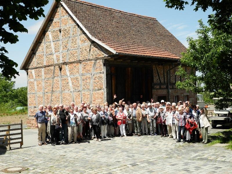 Der diesjährige Seniorenausflug der Gemeinde Münster führte in den Hessenpark. Foto: Jan Stemme