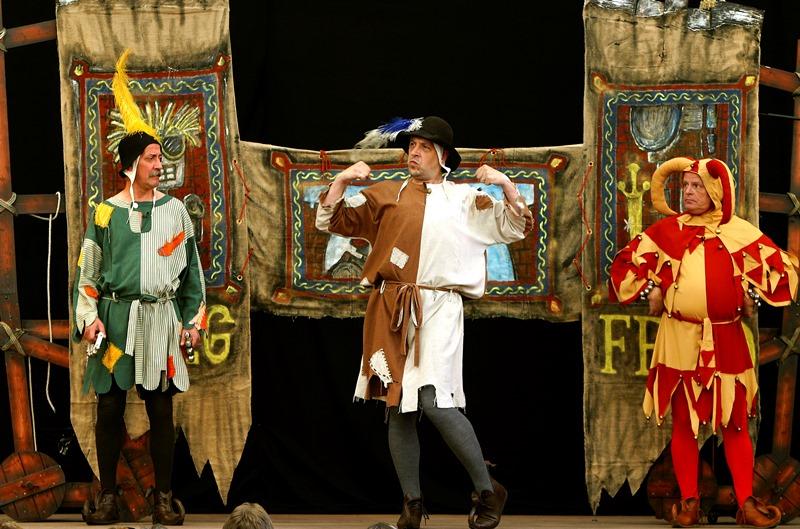 """Das Kikeriki-Theater kommt im Januar 2020 mit seinem Stück """"Siegfrieds Nibelungenentzündung"""" in die Kulturhalle Münster. Dabei stehen Puppen, aber auch Menschen auf der Bühne. Foto: Veranstalter"""