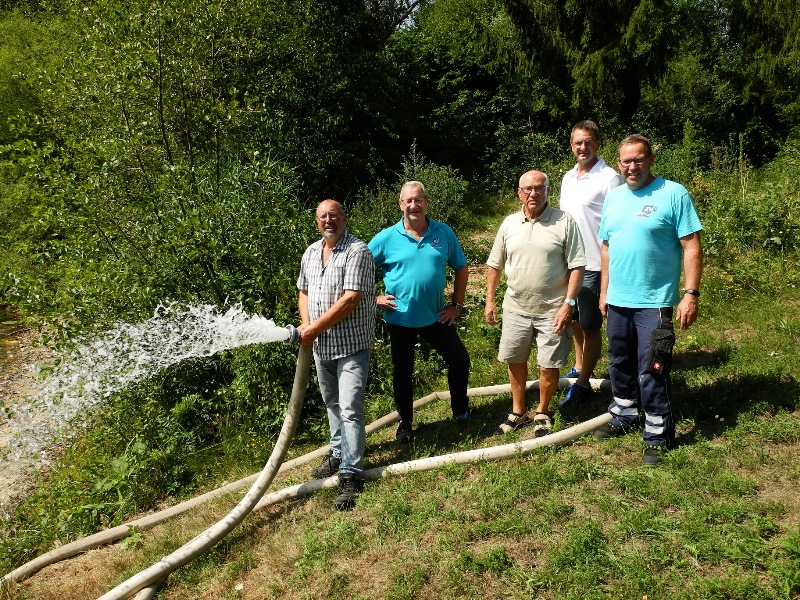 """""""Wasser marsch"""" hieß es am vergangenen Donnerstag beim Startschuss für die Auffüllung der Seen. Kläranlagen-Leiter Kilian Huther, Bernd Suderleith (ZVG), Manfred Meindl (Angelspotverein Münster), Jens Kunkel (ZVG) und Jürgen Schütz (ZVG) leiten den ersten Schwung Wasser in den Bitzensee ein. Foto: GM/Jan Stemme"""