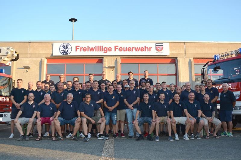 Gruppenfoto vor dem neuen Feuerwehrschild. Foto: GM/Sandra Schröbel