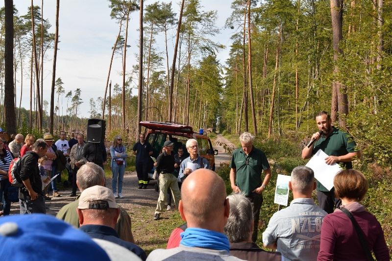 """Ronny Kolb (rechts), Leiter des Dieburger Forstamtes, gab einen Überblick über die gravierenden Schäden, die Sturm """"Fabienne"""" vor einem Jahr im Münsterer Wald hinterlassen hat. Foto: GM/Meike Mittmeyer-Riehl"""