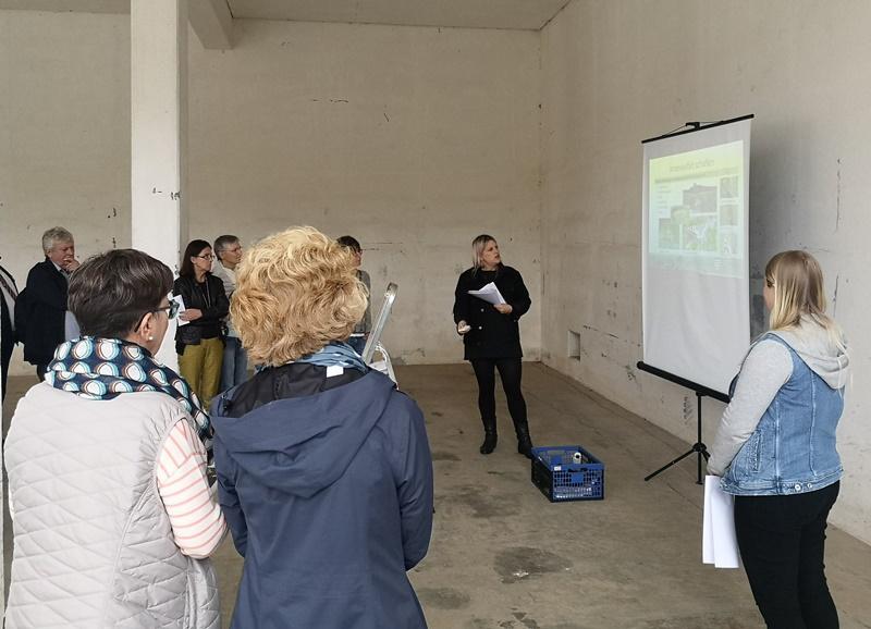 Lena Brunn (Mitte) stellte einer 30-köpfingen Gruppe der LEADER-Region Darmstadt-Dieburg in einem der ehemaligen Bunker auf dem Muna-Gelände den aktuellen Stand des Projekts vor. GM/Beatrice Düring