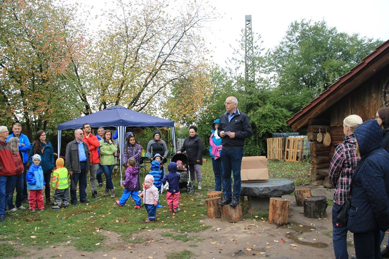 Zur Eröffnung des neuen Naturkindergartens waren zahlreiche Eltern, Geschwister, Freunde und Unterstützer gekommen. 20 Kinder ab drei Jahren können hier betreut werden. Foto: GM/Meike Mittmeyer-Riehl