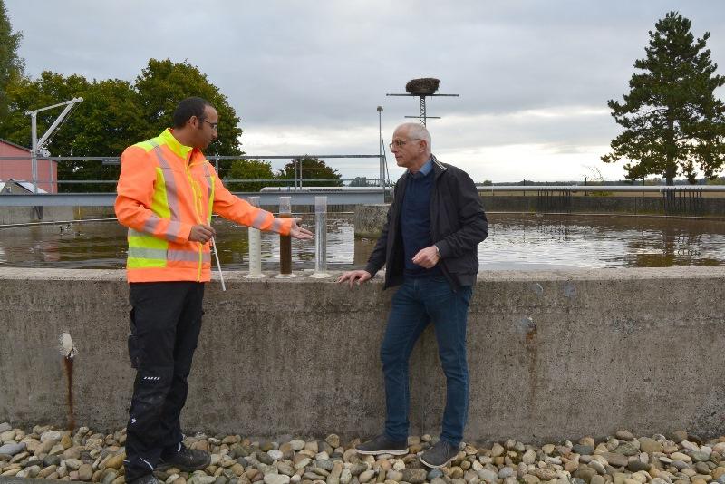 Kläranlagen-Mitarbeiter Ahmed El Makhtari (links) erläutert Bürgermeister Gerald Frank die Reinigungsverfahren in der Kläranlage Münster. Technisch ist das Klärwerk stets am Puls der Zeit. Foto: GM/Meike Mittmeyer-Riehl