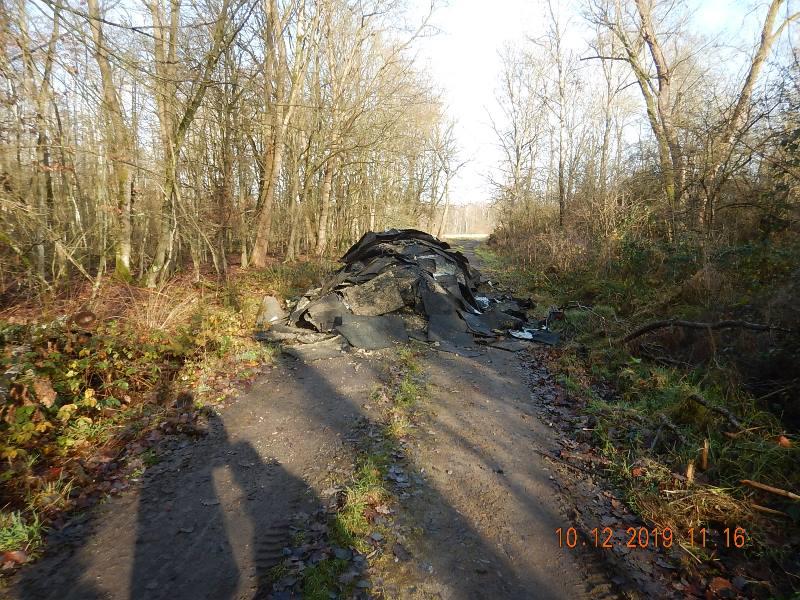 """Mitten auf einem Feldweg """"Im Faulbruch"""" in Breitefeld haben Unbekannte vergangene Woche 35 Kubikmeter Bauschutt abgeladen. Foto: GM/Bauhof"""