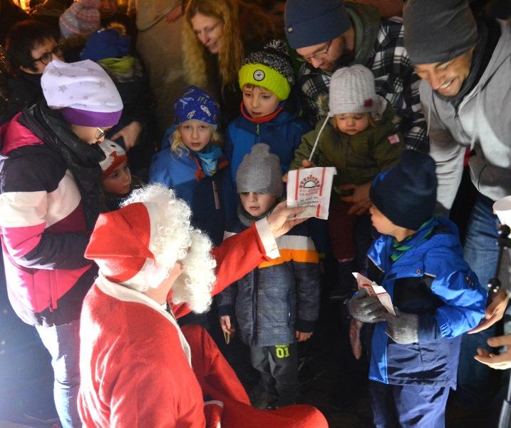 Der Nikolaus verteilte knapp 200 Geschenke. Foto: GM/Meike Mittmeyer-Riehl